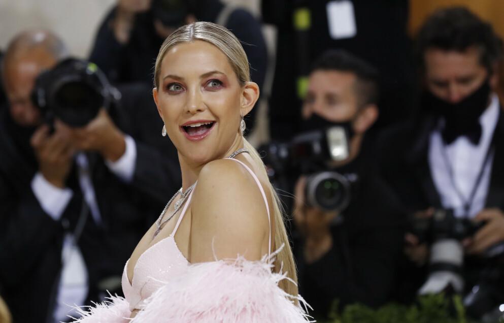 LYKKEN SMILER: Skuespiller Kate Hudson delte en gladnyhet på Instagram kort tid før Met-gallaen. Foto: Mario Anzuoni / Reuters / NTB