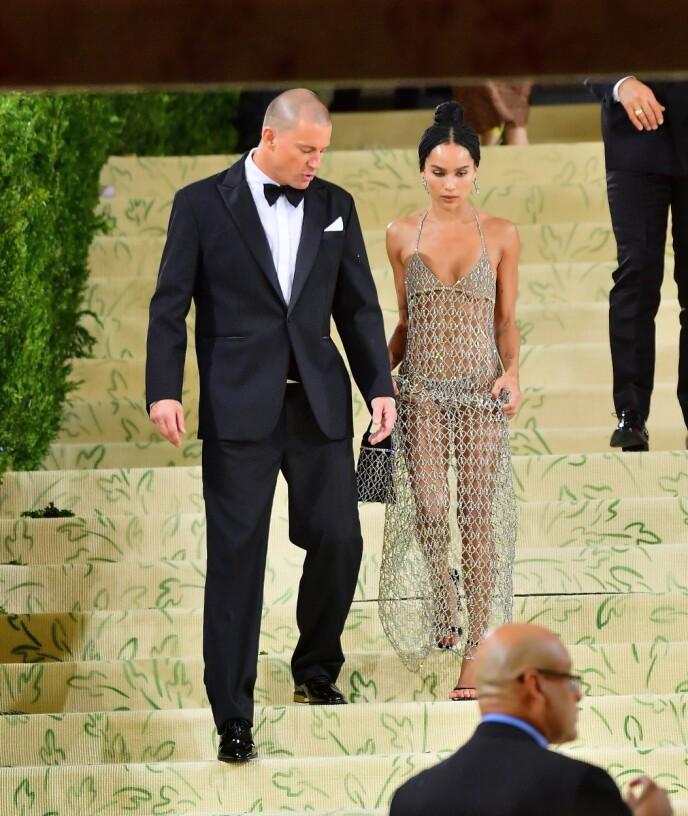 SAMMEN: Channing Tatum og Zoë Kravitz på vei ut fra Met-gallaen mandag kveld. Foto: Juju Roba / Backgrid / NTB