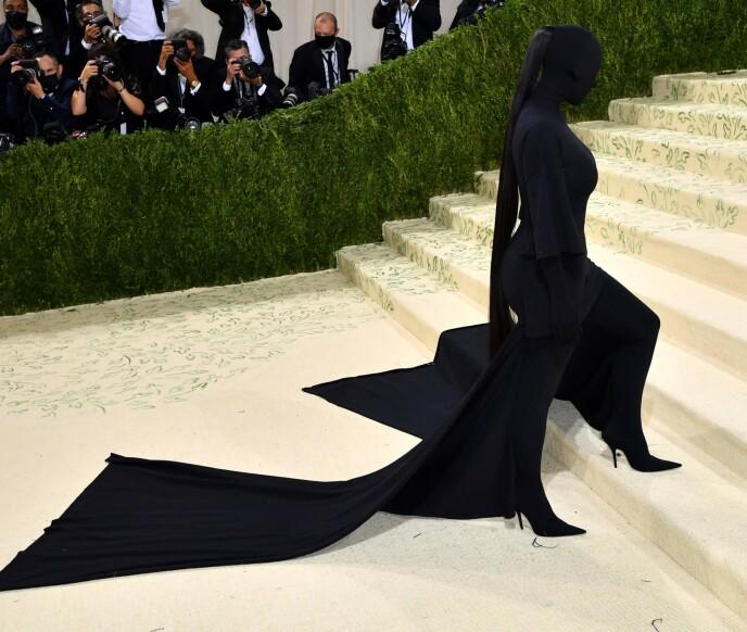 HELSVART: Kim Kardashian var ikke til å kjenne igjen under mandagens Met-galla. Foto: Angela WEISS / AFP / NTB