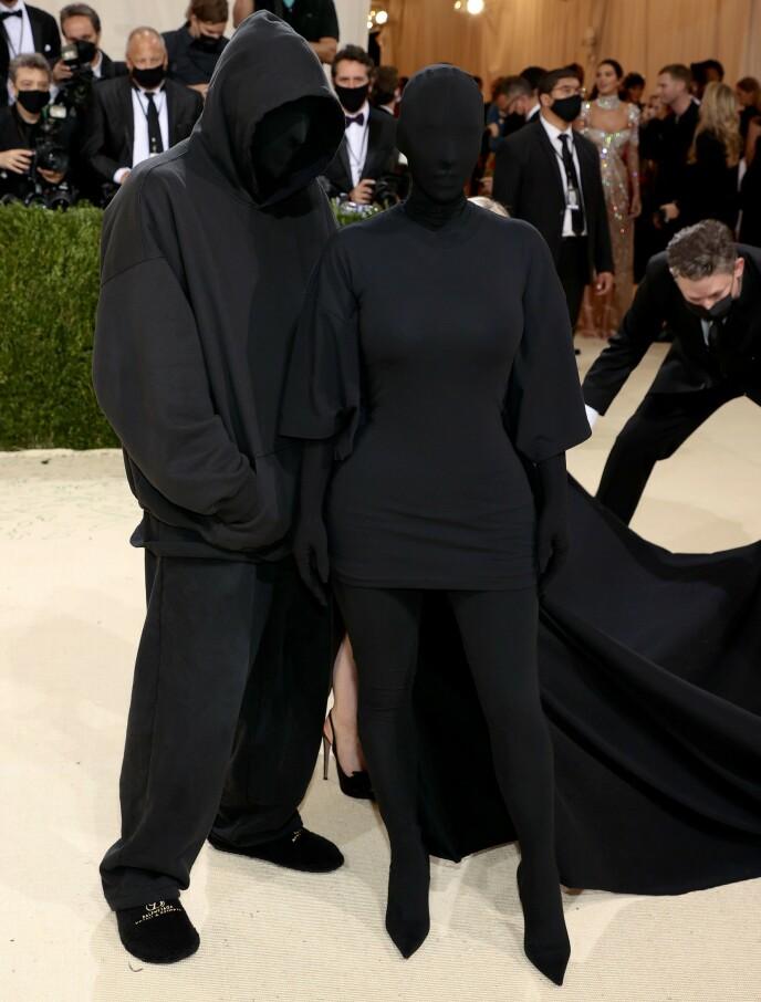 IKKE KANYE: Flere medier og fans trodde mannen ved Kims side var Kanye. Det var derimot deigner Demna Gvasalia. Foto: Dimitrios Kambouris / Getty Images / NTB