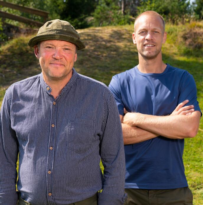 PÅ PLASS: Kjell Strand er én av 14 deltakere i høstens «Farmen». Her sammen med programleder Mads Hansen. Foto: Espen Solli / TV2