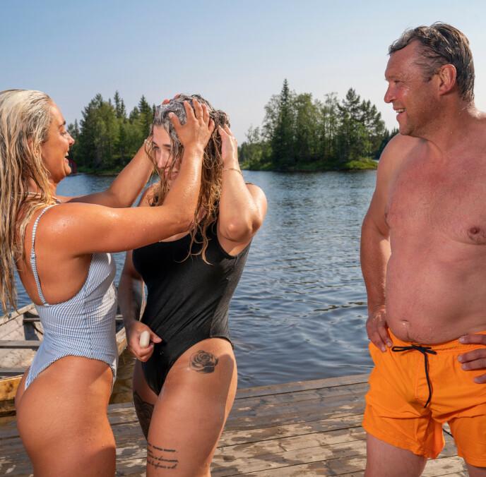BADER I SOL: Tonje Frigstad, Amalie Lund og Kjell Strand utnytter seg av badeplassen ved «Farmen»-gården. Foto: Espen Solli / TV2