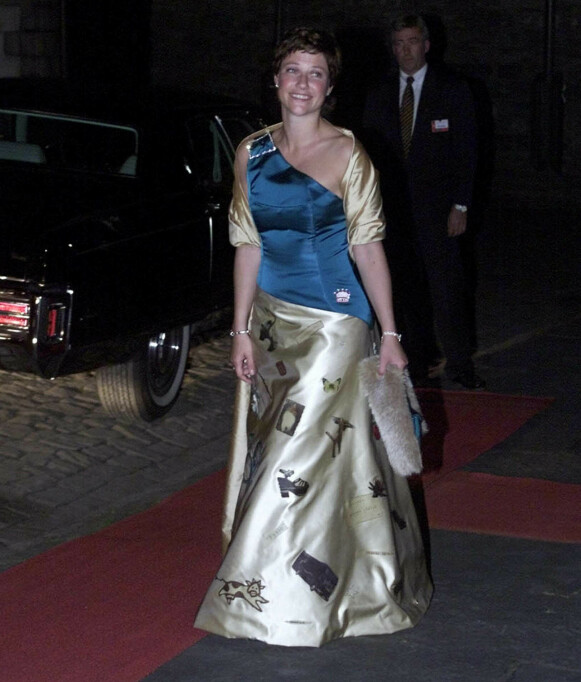 HISTORISK KJOLE: Da prinsesse Märtha Louise feiret 30-årsdagen fikk hun spesiallaget en kjole overstrødd av symboler på ting som hadde skjedd i livet hennes de første 30 årene. Foto: Bjørn Sigurdsøn / NTB