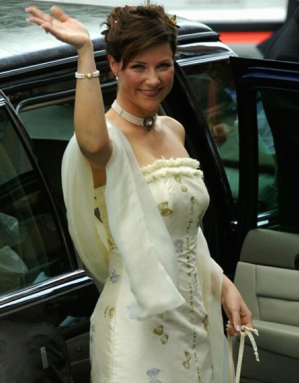 KVELDEN FØR KVELDEN: Dagen før prinsessen giftet seg med Ari Behn, bar hun en kjole med en egenskrevet tekst. Foto: Gunnar Lier / NTB