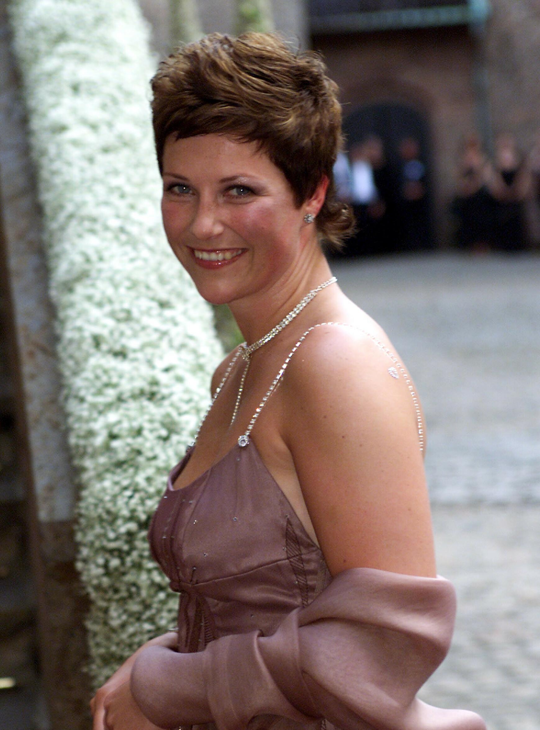 TERNINGKAST SEKS: Prinsessen ble hyllet for denne kreasjonen hun brukte i brorens bryllup, noe hun formidlet videre i et form av en terning på bursdagskjolen sin noen måneder senere. Foto: Lise Åserud / NTB