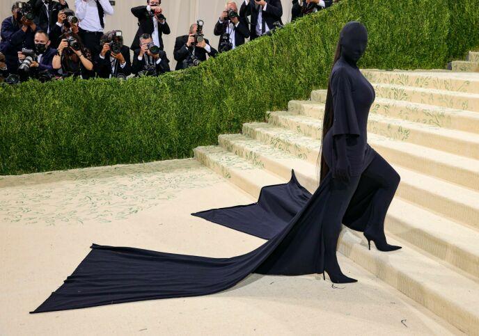 VEKKET OPPSIKT: Kim Kardashian var knapt til å kjenne igjen under den svarte masken. Likevel visste «hele» verden hvem det var som gjemte seg bak. Foto: Theo Wargo / Getty Images / AFP / NTB