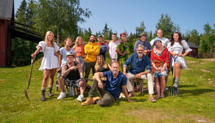 KRISEMØTER: Hele «Farmen»-produksjonen, som lager TV med disse 14 deltakerne, blir kastet ut fra Hurdalsjøen hotell. Det har skapt hektisk møtevirksomhet. Foto: Espen Solli / TV 2