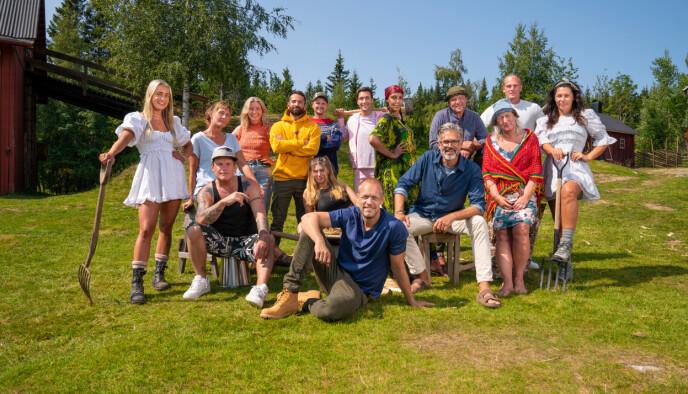 OVERSTÅTT PREMIERE: Disse 14 deltar i årets «Farmen». Programleder er Mads Hansen. Foto: Espen Solli / TV2