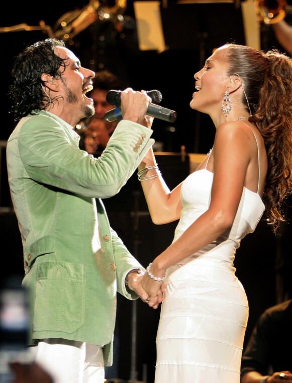 SØT MUSIKK: Jennifer Lopez og Marc Anthony på scenen under President of Latin Music Festival i 2005. Foto: Ramon Espinosa / AP / NTB