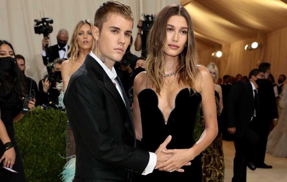 FORELDRE?: Igjen spekuleres det på om ekteparet Bieber venter barn. Ryktene fikk fart på seg etter dette bildet fra Met-gallaen. Foto: Dimitrios Kambouris / AFP / NTB