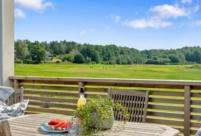GOLF-UTSIKT: Golfentusiast Paal Nygård kan praktisk talt starte runden fra terrassen i deres nye hus på Begby i Fredrikstad. Foto: Privat