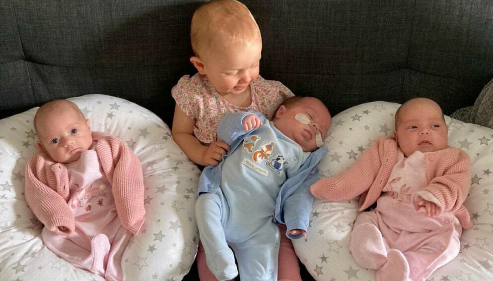 STOLT STORESØSTER: Her er storesøster Mia, som ble født i mai i fjor. Foran er trillingene Ella, George og Olivia – som alle kom til verden i april i år. Foto: Jessica Pritchard / SWNS / NTB