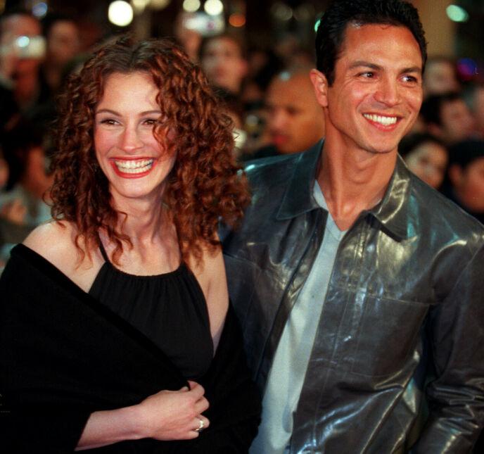 NYTT FORHOLD: Julia Roberts har også vært sammen med Benjamin Bratt i fire år. Her var de to stjernene sammen i 2000 - året før de gjorde det slutt. Foto: Chris Pizzello/AP/NTB