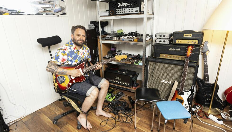 I SIN EGEN HULE: - Jeg har mange prosjekter på gang, og har min egen hule der jeg jobber med musikken, sier Daniel Kristiansen Viken. Han tok faren Frodes plass i D.D.E. etter at han døde for tre år siden. FOTO: Andreas Fadum