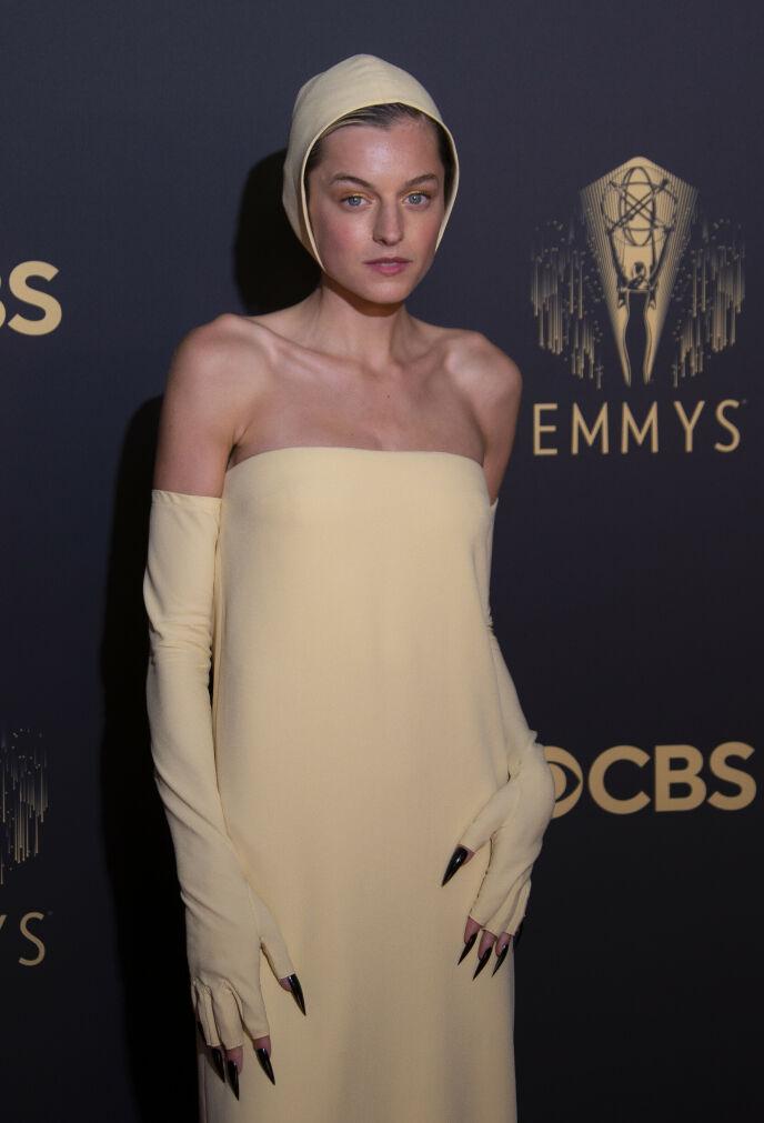BADEHETTE?: Emma Corrin dukket opp i beige fra topp til tå. Foto: Joel C Ryan / Invision / AP / NTB