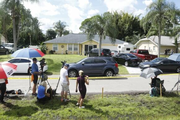 OMRINGET: Laundrie-familiens hus i North Port i Florida omringet av pressen 29. september. Foto: AFP