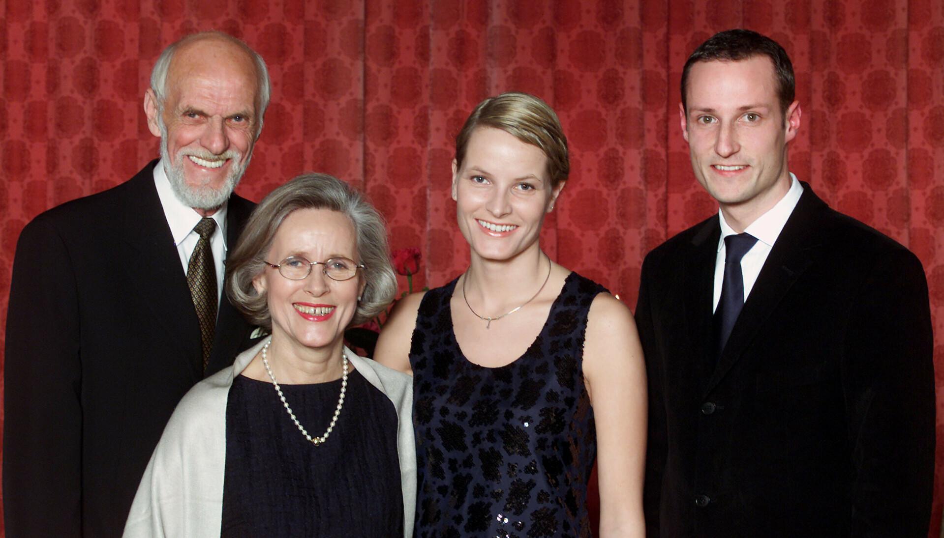 NYTT LIV: Da hennes datter forlovet seg med kronprinsen, forandret livet til Marit Tjessem seg for alltid. Her fotografert sammen de nyforlovende og sin eksmann Sven O. Høiby i 2000. Foto: Lise Åserud / NTB