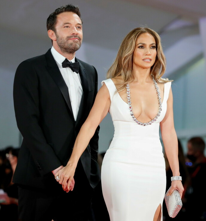 GJENFORENT: Stjerneparet Jennifer Lopez og Ben Affleck har funnet kjærligheten igjen - 18 år etter at de brøt forlovelsen. Nylig viste de seg sammen på rød løper. Foto: Yara Nardi / Reuters / NTB