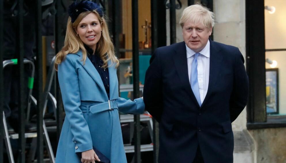 FAR: Boris Johnson sammen med kona Carrie Johnson i mars i fjor. Foto: Tolga Akmen / AFP / NTB