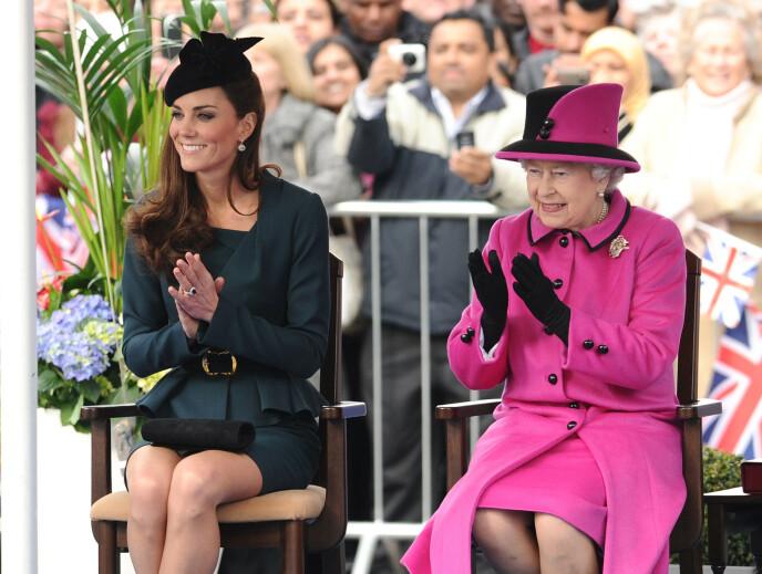 FARGERIK: For at folket skal kunne spotte dronningen, bruker hun nesten utelukkende sterke farger. Foto: NTB
