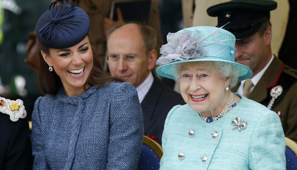 LÆRER AV DEN BESTE: Det finnes mange skrevne og uskrevne regler i den kongelige verden, og hertuginne Kate har blant annet lært et og annet om både neglelakk, farger og mat hos dronning Elizabeth. Foto: NTB