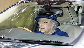 KJØRER UTEN LAPPEN: Dronning Elizabeth er en ivrig sjåfør, men trenger ikke tenke på førerkort slik som alle andre må. Foto: NTB