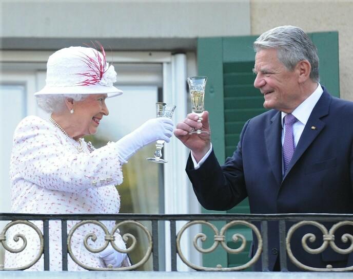 SKÅL: Dronningen liker å ta seg et glass champagne til kvelds. Her fra et besøk i Tyskland, hvor hun skåler med Joachim Gauck. Foto: NTB