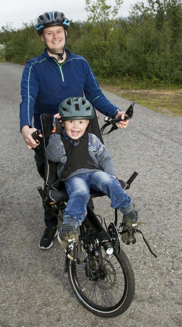 UT PÅ TUR: Den elektriske sykkelen med sete foran gjør det enkelt for pappa Tage å ta med Aimar på sykkeltur. Foto: Svend Aage Madsen / Se og Hør