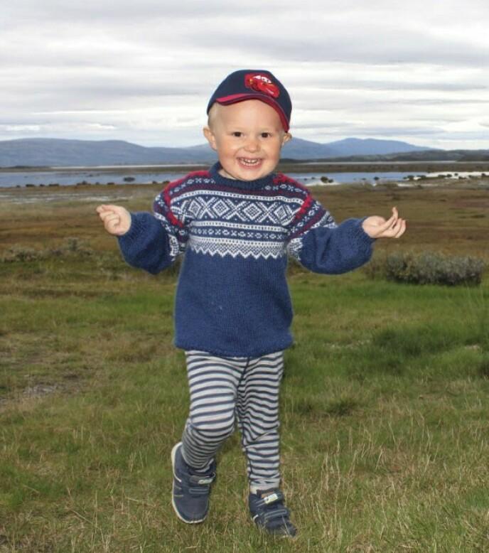 FØR: Aimar elsket å løpe rundt. Men problemer med gangen gjorde at han sluttet å gå da han var tre år gammel. Foto: Privat
