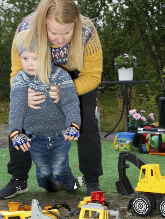 TUNGE LØFT: Aimar er avhengig av at mamma løfter ham ut og inn av sandkassen. Foto: Svend Aage Madsen / Se og Hør