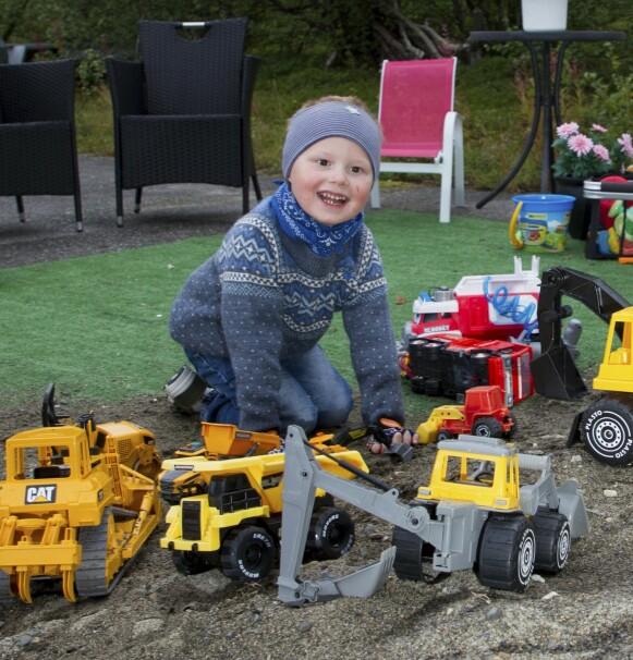 LYKKELIG LEK: Aimar er lykkelig så lenge han har kraft nok i armene til å leke med de mange flotte maskinene han har i sandkassen sin. Foto: Svend Aage Madsen / Se og Hør