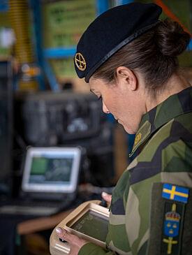 FIKK PRØVE: Kronprinsessen fikk prøve å manøvrere et fartøy. Foto: Robin Krüger/Försvarsmakten