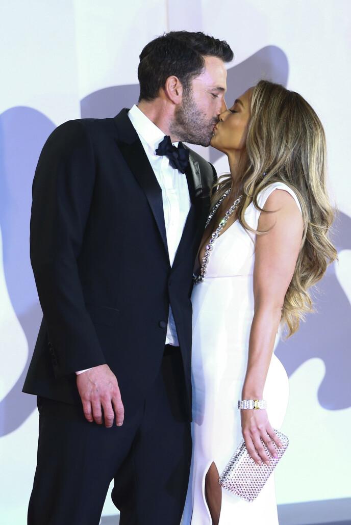 FOR ÅPEN SCENE: Jennifer Lopez og Ben Affleck holdt ikke igjen på følelsene under filmfestivalen i Venezia i 2021. Foto: NTB: Joel C Ryan / Invision / AP / NTB