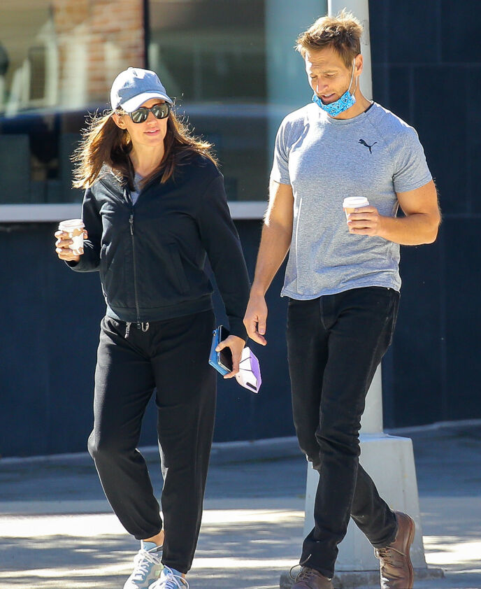 I STORBYEN: Jennifer og John i New Yorks gater onsdag denne uken. Foto: Felipe Ramales/Splash News/NTB