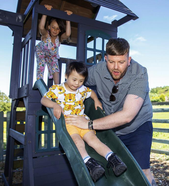 AKTIV HVERDAG: Alle barna har spesielle behov, men Ben vier livet sitt til å hjelpe dem. Han passer på at de er aktive - som her, hvor han hjelper Joseph på en sklie. Foto: