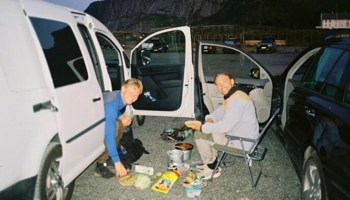 DISKER OPP: Rotihaug og kompisen Håkon Smørdal smiler bredt mens de lager mat på et stormkjøkken. Foto: Privat