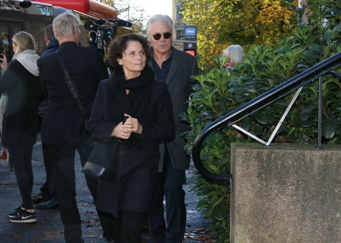 - TRIST: Kim Haugen ankom Frogner kirke sammen med kona, programleder Nadia Hasnaoui. Foto: Andreas Fadum/Se og Hør