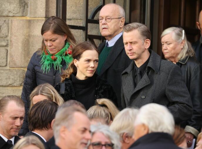 FULLSATT KIRKE: Ane Dahl Torp og ektemannen Sjur Miljeteig etter bisettelsen mandag. Foto: Andreas Fadum/Se og Hør
