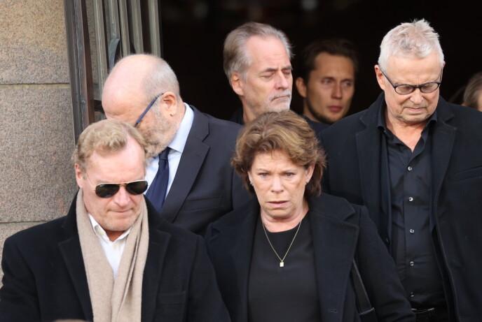 TOK AVSKJED: Sven Nordin forlater kirken sammen med bl.a. kona Thorhild, Ingar Helge Gimle (bak t.v.) og Dennis Storhøi (t.h.). Foto: Andreas Fadum/Se og Hør