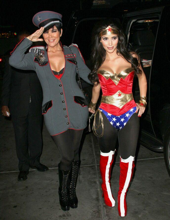 TREKKER I TRÅDENE: Kris Jenner har utvilsomt hatt mye å si for familiens suksess. Her er Kris og Kim Kardashian avbildet på vei til Halloween-fest i 2008. Foto: Hoo-Me/ Mediapunch/ REX/ NTB