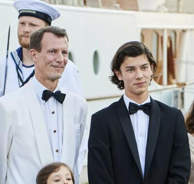 Image: Sønnene med rørende gest til prinsen